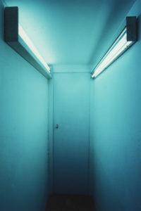 Tür vor der großen Dunkelheit